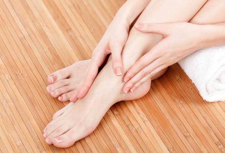El tratamiento del hongo de las uñas de los pie por los métodos públicos