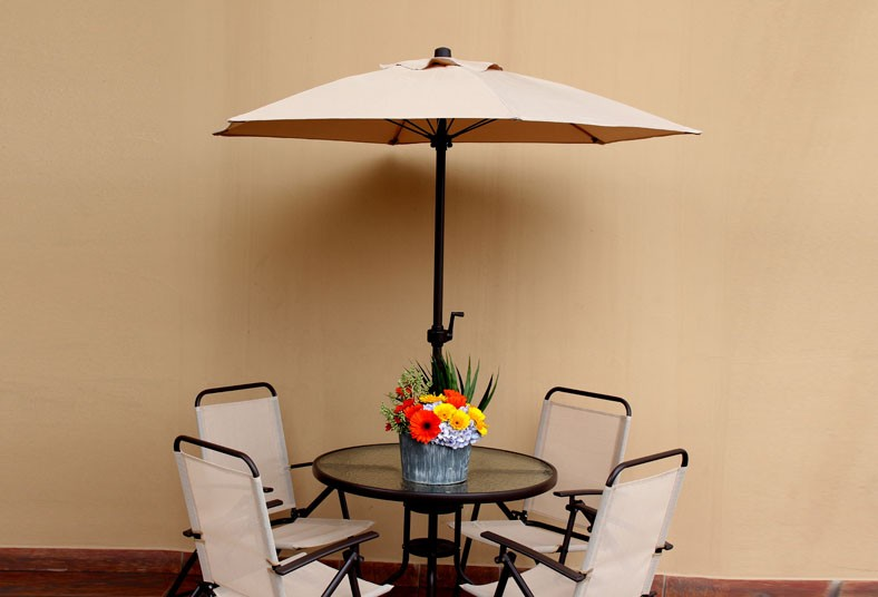 acuarium piscinas spas sillas mesa sombrilla beige terraza