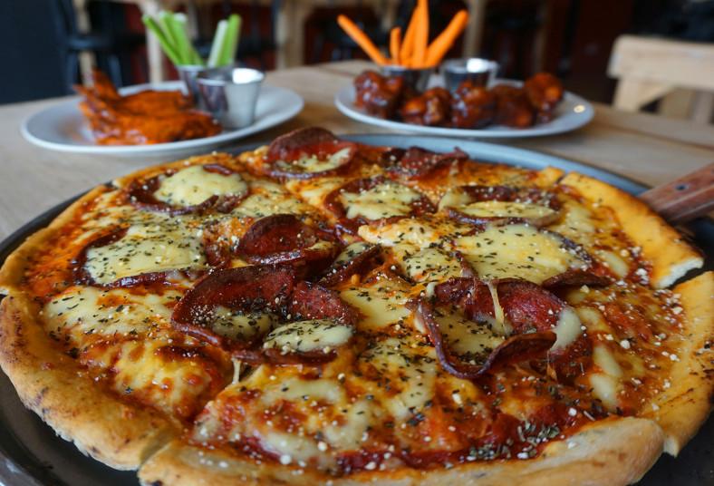 El, Barco, Pirata, Pizza, Pub, jamón, pepperoni, alitas, salsas, zanahoria, apio