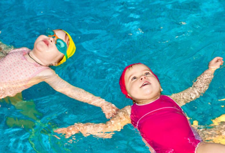 A nadar con el 50 de descuento clases de nataci n para for Clases de piscina para bebes