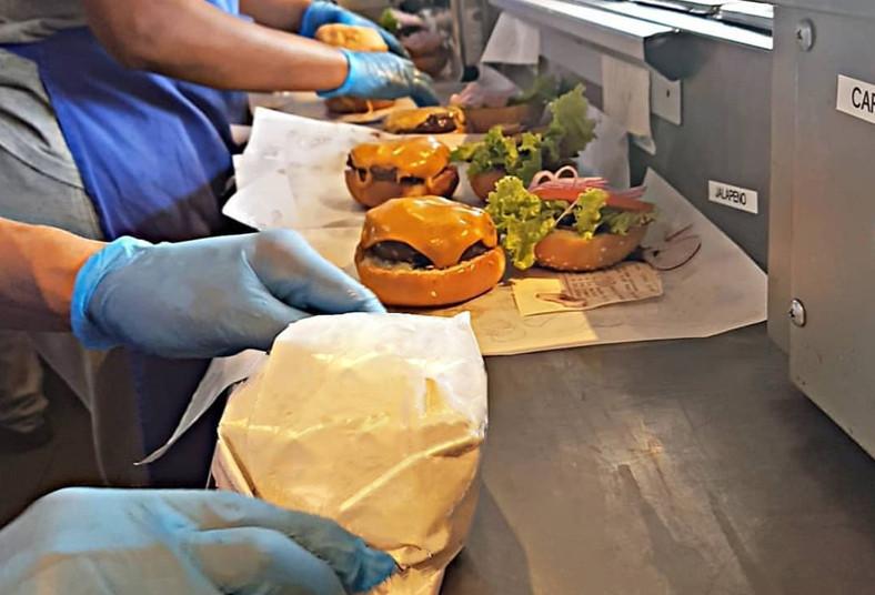 cafetería, crepería, hamburguesa, papas, fritas, té, frío, torta, tomate, comida