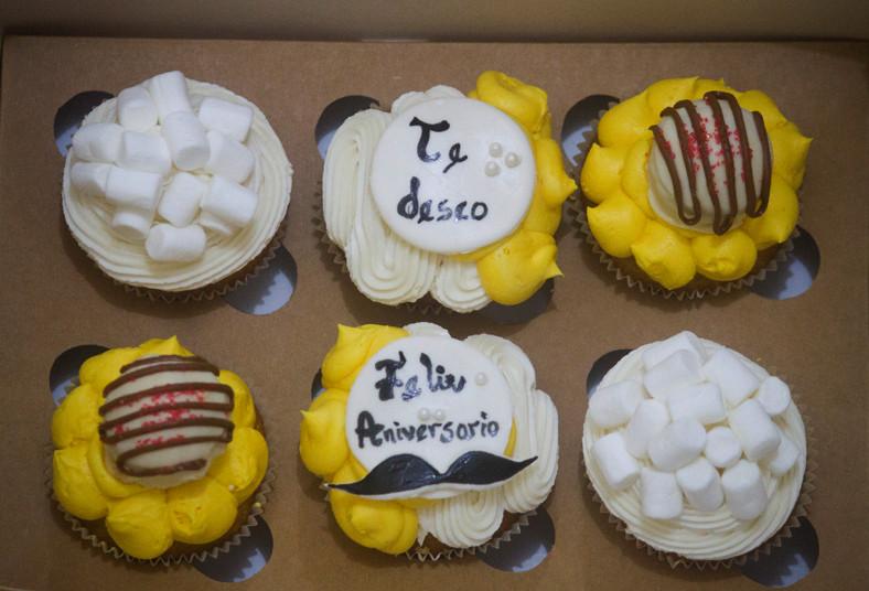 dolce, amaretto, cupcakes, crema, pastelera, naranja, decorados, tarjetita, día