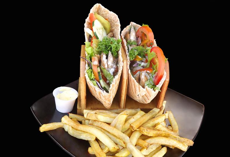 don, doner, shawarma, pollo, papas, griegas, hummus, pareja, comida, repollo