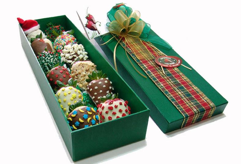 caja decorada con fresas recubiertas de chocolate y toping