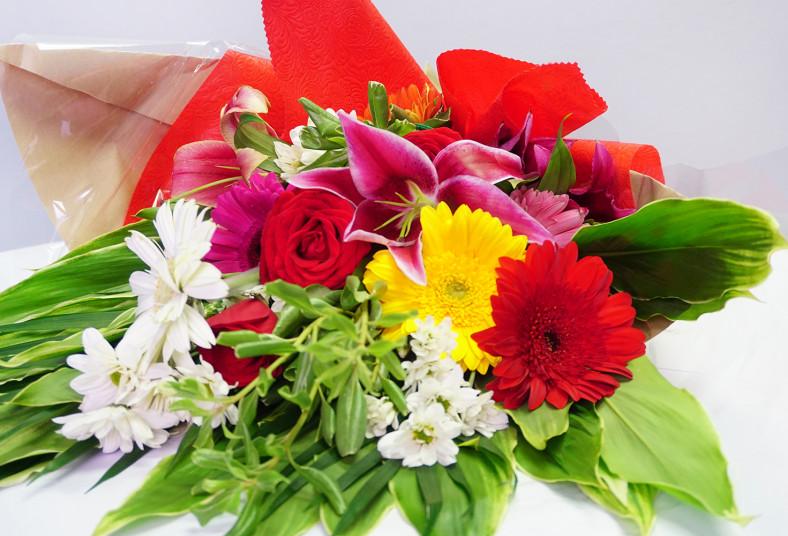 Floristería 2000, arreglo, floral, flores, amor, mamá, ramo, primaveral, lirios,