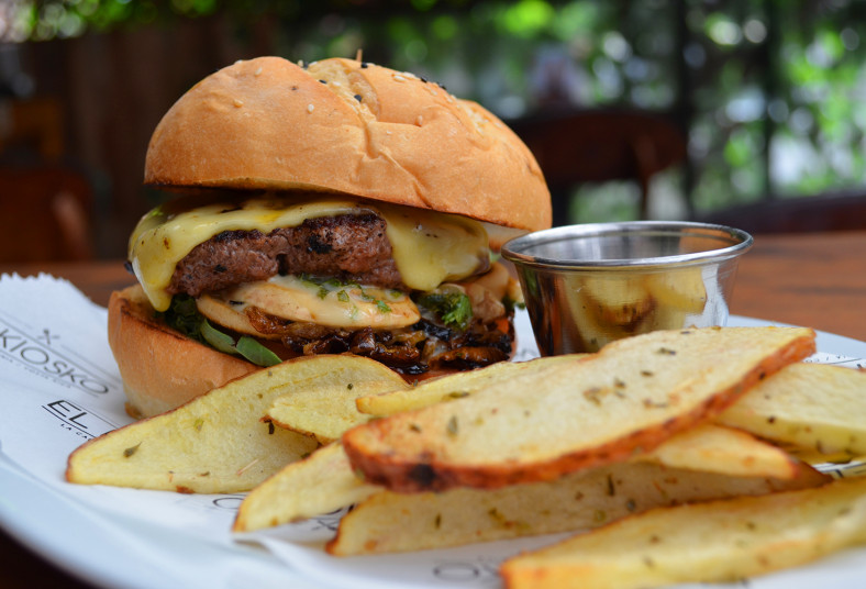 kiosko, hamburguesa, house, carne, angus, aros, cebolla, papas, yucas, queso,