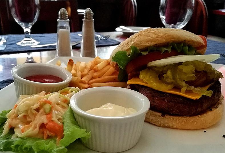 restaurante, magnolia, hamburguesa, angus, papas, fritas, lechuga, parqueo,