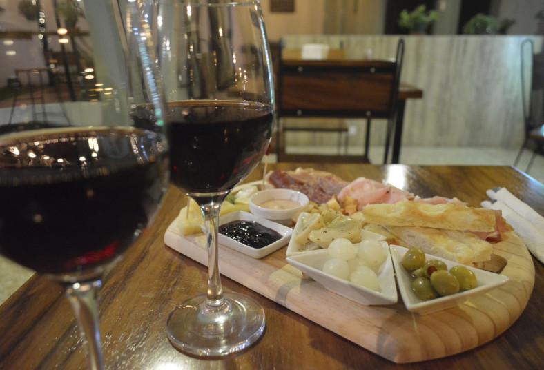 Fiambres, quesos, tinto, focaccia, crotones, embutidos, mermelada, vino